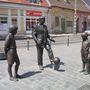 Puskás Ferenc egész alakos bronz emlékműve a főváros III. kerületében az Óbudai Promenádon a Puskás Öcsi téren.