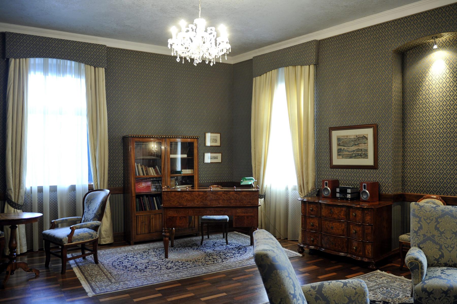 Szűcs György polgármester dolgozószobája a Tolna megyei Aparhanton. A településen nem indul polgármesterjelölt a 2014. október 10-i választáson.
