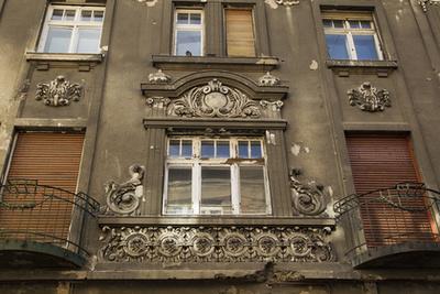 A Tömő utca 6. műemlék épülete: 1872-ben Lohr János építette Táncsics Mihály részére. Háttérben a Nagytemplom utca egyik újépítésű háza.