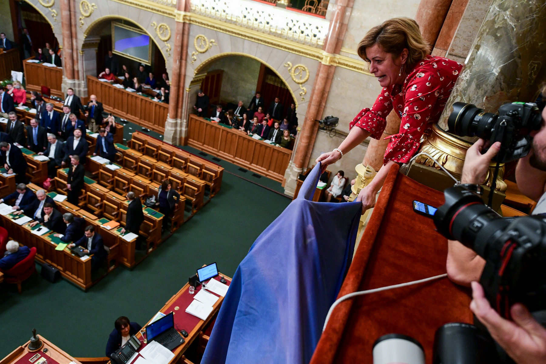 Az ellenzék akkor vonult be ismét a terembe, amikor a túlóratörvényről kezdődött a szavazás. Elénekelték a Himnuszt, a fideszesek csatlakoztak az énekléshez, ám ezután folytatódott a szavazás, és a parlament 130 igen, 52 nem szavazttal és 1 tartózkodással elfogadta Kósa Lajos javaslatát a 400 túlóráról.
