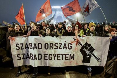 A Király utcánál a rendőrök zárásokkal szétválasztották kisebb csoportokra a tüntetőket, és a járdára tereltek fel mindenkit, ahonnan már csak egyenként engedték ki az embereket.