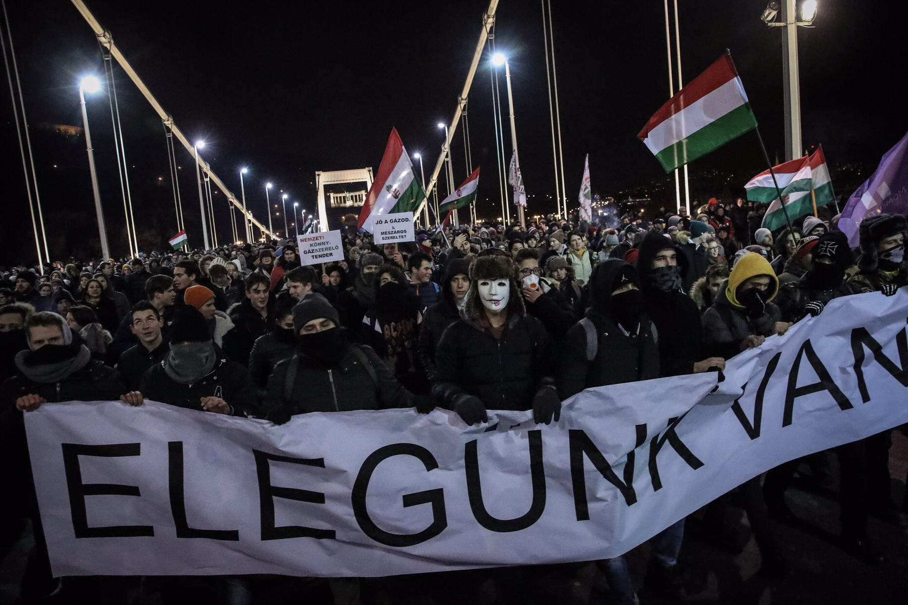 After midnight, people started to disperse. At most 150 people stayed at Kossuth square, a group of approximately 500 people went for the Sándor Palace, where they chanted a bit and sung the Ode to Joy.
