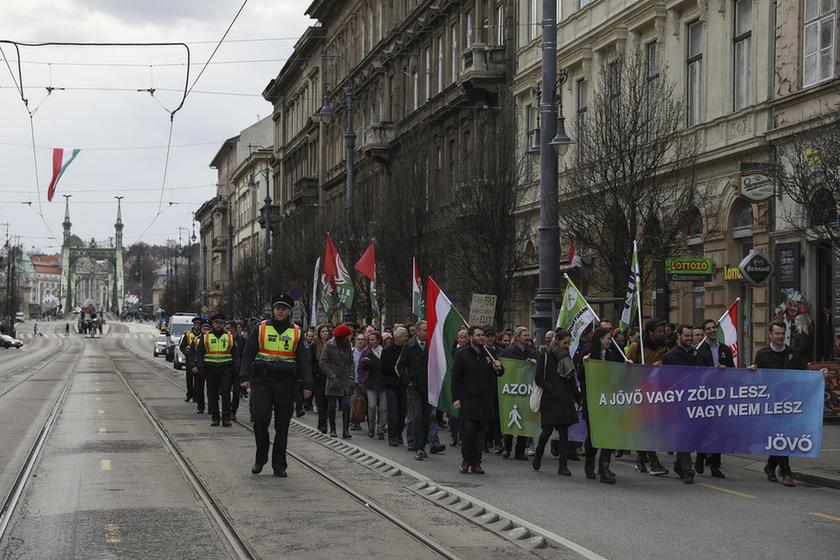Orbán látványosan rálépett a fékre - 9