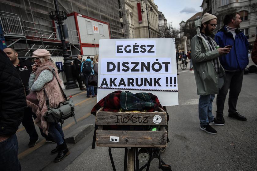 Orbán látványosan rálépett a fékre - 11