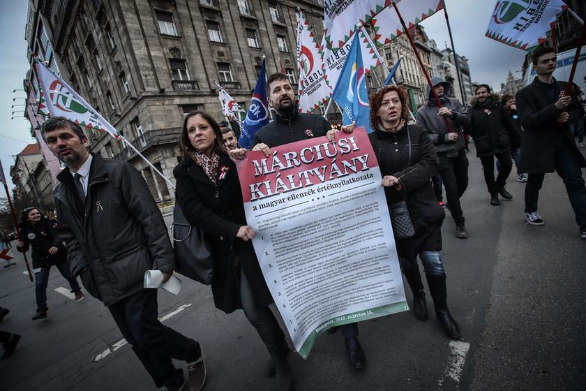 Orbán látványosan rálépett a fékre - 17