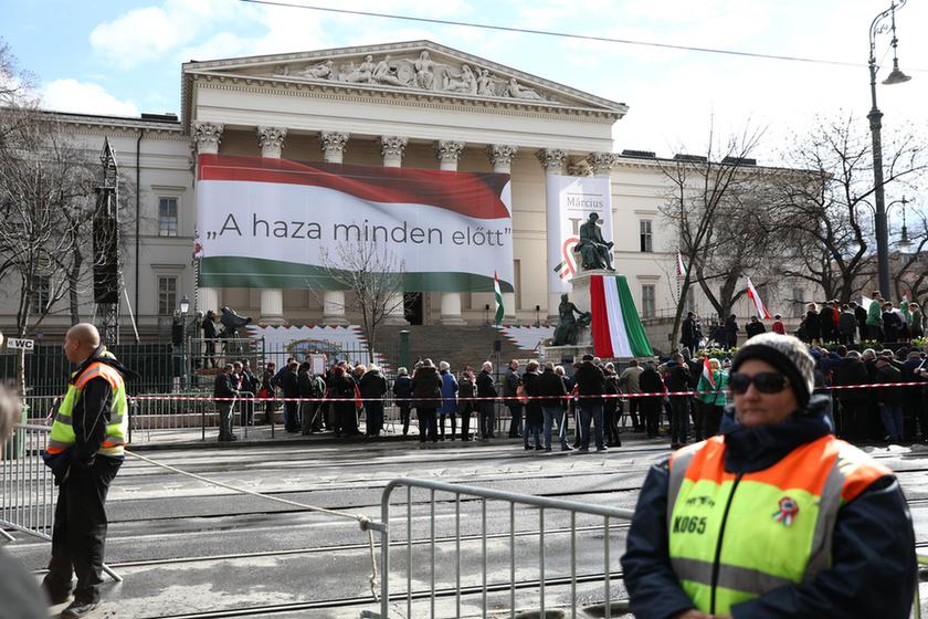 Orbán látványosan rálépett a fékre - 3