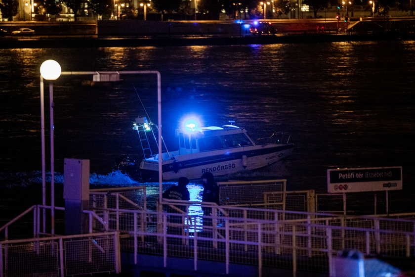 7 dead, 21 missing after sightseeing boat collides with cruise ship on the Danube in Budapest - 4