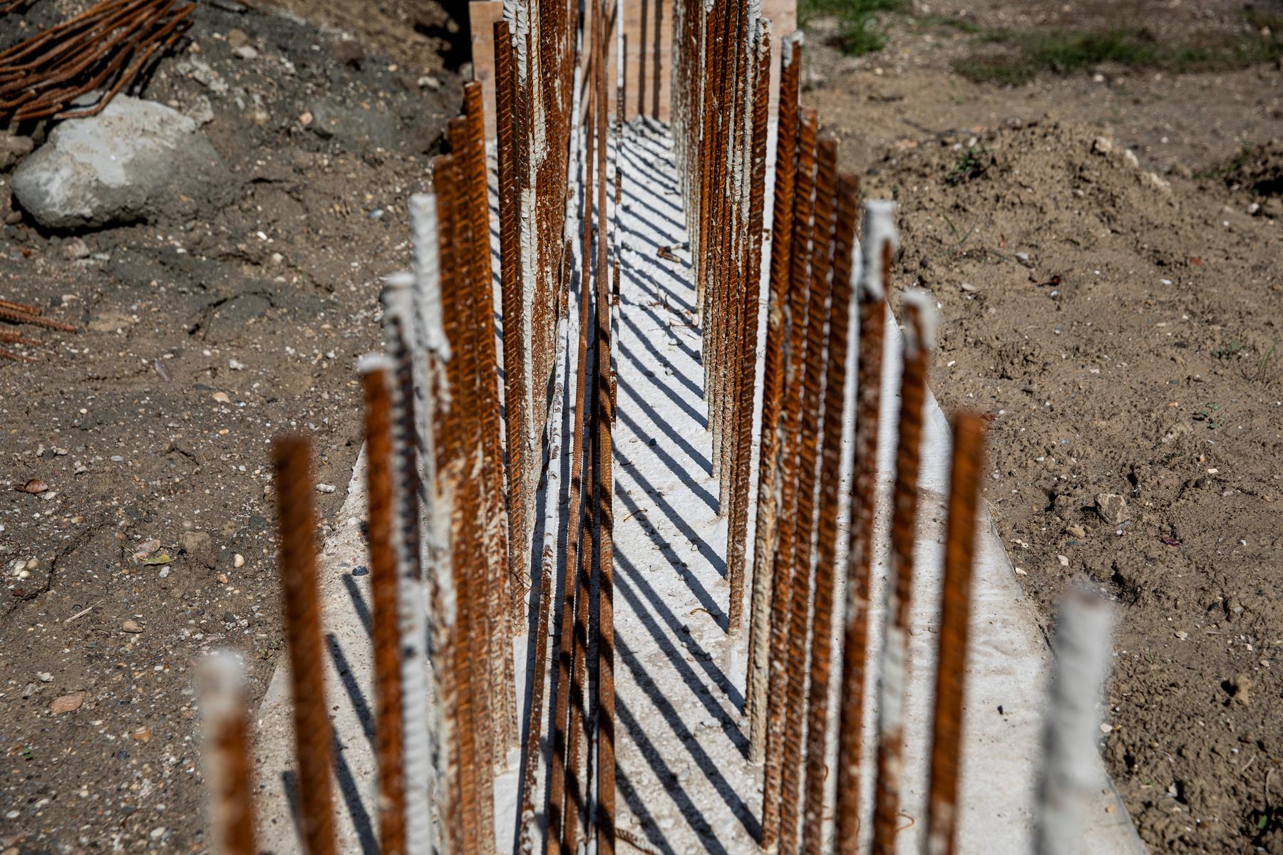 Ez a pluszfal eredetileg egy méter magasan húzódott volna végig a gát tetején. A módosítás után a térdfal a leghosszabb szakaszon 40 centire áll csak ki a gátból, és 60 centi magas mobilgáttal fogják majd kiegészíteni, ha szükséges. A térdfalra gyorsan leszerelhető fa ülőkéket is tesznek majd. A pünkösdfürdői védmű nettó 2,26 milliárd forintba kerül, mely összegből a mobilfal költségei 120 millió forintot tesznek ki.