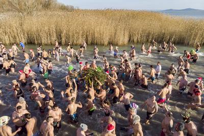 Az első alkalommal megrendezett újévi csobbanás résztvevői az Alcsi-Holt Tiszában 2020. január 1-jén.