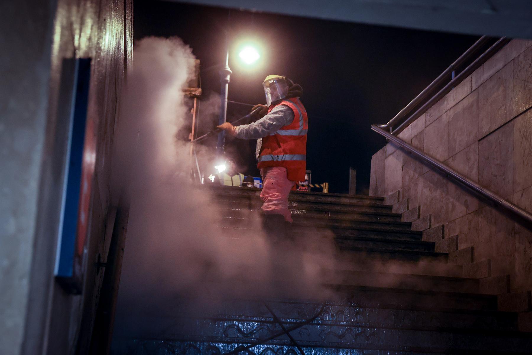 Fertőtlenítővel mossák át a felületeket, a falakat pedig nagy nyomású vízsugárral takarítják.