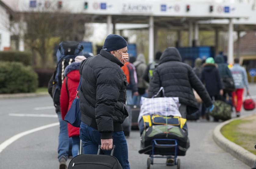 Feltorlódtak az ukrán vendégmunkások a záhonyi határon - 2