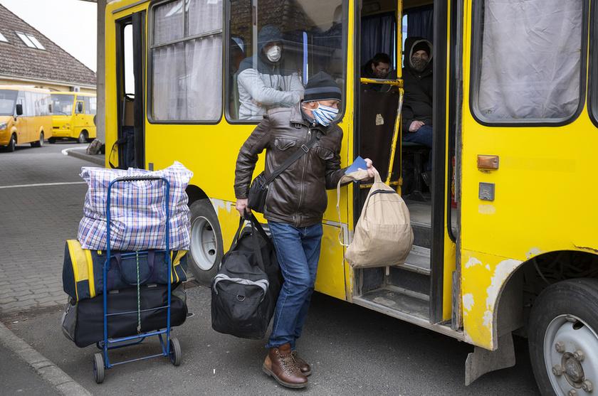 Feltorlódtak az ukrán vendégmunkások a záhonyi határon - 7