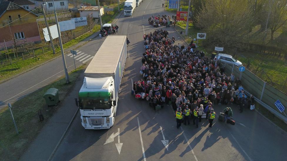 Feltorlódtak az ukrán vendégmunkások a záhonyi határon - 4