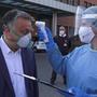 Orbán Viktor hőmérsékletét mérte meg egy nővér a Balassa János Kórházban tett látogatása előtt 2020. április 12-én