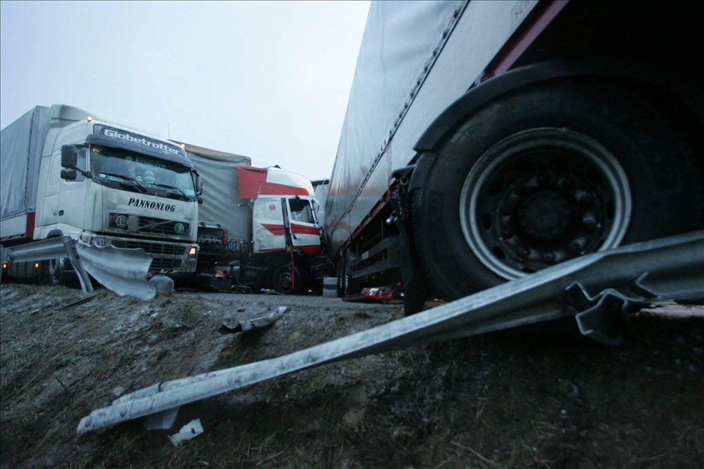 11 kamion ütközött össze az M7-es autópályán