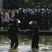 Július 4.. A rendőrök összeszedik felszerelésüket az Erzsébet téri gárdatüntetés után. A rendőrök kiszorították az Erzsébet térről a Magyar Gárda engedély nélküli tüntetésének résztvevőit. Utána kergetőzés kezdődött a szimpatizánsokkal, akik az Astoriától a Blahán keresztül egészen a Keletiig szaladtak, majd bemenekültek a pályaudvarra, utána meg szétszéledtek. Összesen 17 könnyű sérültje van az engedély nélküli demonstráció feloszlatásának, összesen 216 embert állítottak elő.  Az index cikke »