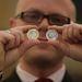 Ferenczi Barnabás, a jegybank készpénzlogisztikai igazgatója mutatja az új érmét