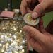 A présgép e szerszámfeje az érme oldalának recéiért felel