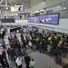 Utasok várakoznak jegyük átfoglalására a Malév pultja előtt