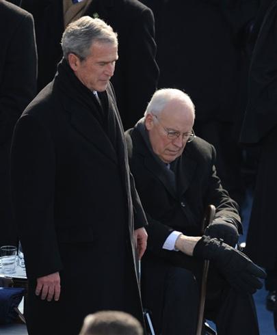 Obama és neje, Michelle, valamint a Biden házaspár, Joe és Jill integetve búcsúznak az elnöki helikopteren távozó George W. Bushnak. Bush a beiktatás után egy órával már gépre szállt és hazautazott texasi ranchára.