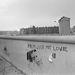 A fal 1976 októberében. Természetesen a nyugati oldalról. Keletről lehetetlen volt megközelíteni egy kis grafitizésre a világ egyik legjobban őrzött határát. A falhoz közeli házak lakói külön igazolványt kaptak, csak ezen engedély birtokában mozoghattak a határzóna közvetlen közelében. A határőrök kötelessége volt a menekülőket megállítani, ennek érdekében szigorú tűzparancsot léptettek életbe a falnál. A külföldi államfők látogatása idején – a sajtó negatív reakciójától tartva – a tűzparancsot felfüggesztették.