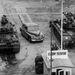 Egy autó kel át az amerikai harkocsikkal őrzött legendás határátkelőn, a Checkpoint Charlie-n. Sokáig ez volt az egyetlen áteresztő pont, diplomaták és külföldiek használhatták.