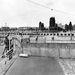 1961, a Potsdamer Platz környéke. A fal felépítése előtt, 1947 és 1961 között több mint 2,6 millió keletnémet emigrált Berlinen keresztül Nyugatra. A fal építése alatt is 800 katona dobbantott.