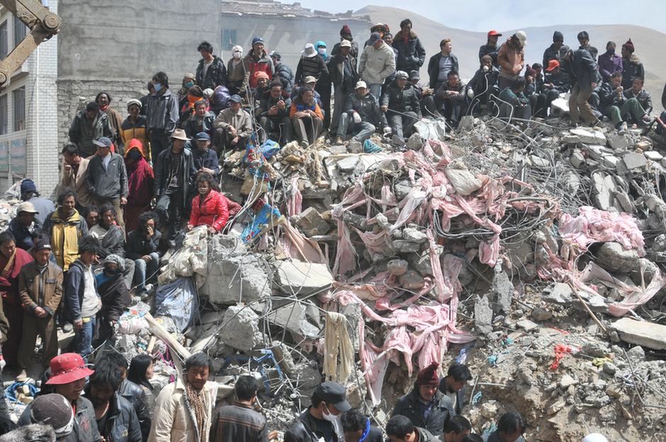 48 órával a Richter-skála szerinti 7,1-es erősségű csinghaji (Qinghai) földrengés után még 294 ember neve szerepel az eltűntek listáján, több mint 11 ezer sérültet vettek nyilvántartásba, akik közül csaknem 1200 állapota súlyos.