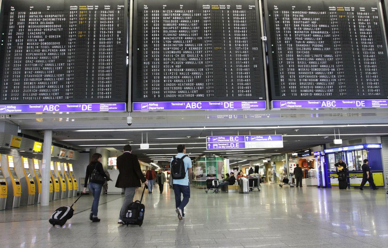 Indulásokat és érkezéseket jelző tábla a zürichi reptéren - néhány repülő már elindult, mások késnek, de még sok a törölt járat.