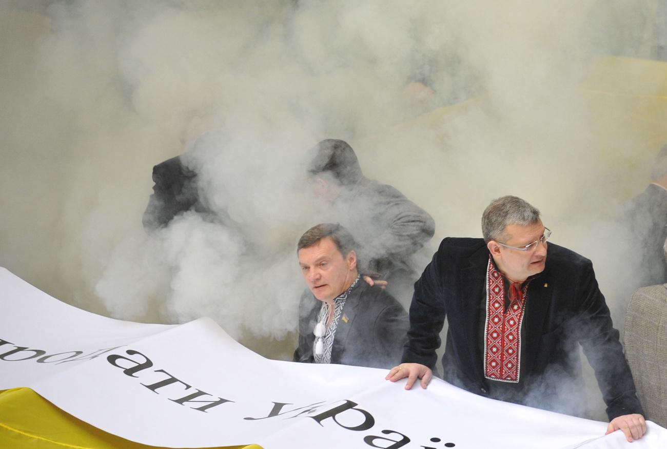 Míg odabent a képviselők verekedtek, a parlament épülete előtt több ezren tüntettek a hevesen vitatott megállapodás ellen.