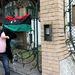 Egy tüntető zászlót akart kitűzni a követségre, és könyökével betörte a bejáratnál lévő faliújság üvegét.