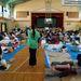 A Katahira Általános Iskola tornatermében lévő evakuáltak, Szendaiban, ahol a Magyar Baptista Szeretetszolgálat munkatársai élelmiszert osztottak 400 evakuáltnak. További info