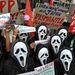 Maszkot viselő tüntetők követelik a manilai elnöki palota előtt a bataan-i atomerőmű felújításának elvetését.  A Fülöp-szigeteki atomerőművet sosem indították be, építését először az 1979-es Three Miles Island-i, majd az 1986-os csernobili katasztrófa miatt állították le.