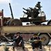 Egyre közelednek a lázadók Azsdabíja városhoz, melyet a kormányerőktől készülnek visszafoglalni.