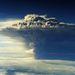 A kráterből 10 km magas és 5 km széles gázfelhő tör fel
