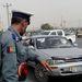Forgalomirányító rendőr Kabulban. Az egyiptomira emlékeztető, a szaknyelvben paravehikulárisnak nevezett közlekedésszervezési rendszerben nem tűnik indokoltnak a forgalomirányítás létezése. Egy merénylet után vált világossá, hogy a minden irányból mindenféle sebességgel érkező autók közt kóválygó rendőrök valójában öngyilkos merénylők után kutatnak.
