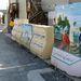 A merénylők mozgását korlátozó betonakadályokat a kandahári tábor afgán dolgozói dekorálták.