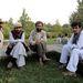 A mérsékelt keveredésre jellemző, hogy a Bagh-e-Baburban pihenők - Afganisztán konzervatív muzulmán ország, ezért javarészt férfiak - etnikum szerint csoportosultak. Mint a képen szereplő tádzsik férfiak.