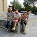 A biztonság másik jele a nyüzsgés, amely Kabul hétköznapjait jellemzi. Szinte minden sarkon építkeznek, a helyiek pedig minden létező módon vállalkoznak. A képen látható utcagyerekek például marmonkannából árulták a vizet a város békét sugárzó pihenőparkjában, a  Bagh-e-Baburban, ahol azért a bejáratnál tábla jelezte, hogy fegyverrel tilos belépni. A nyugalom perszer relatív. A felvétel készülte után pár órával öngyilkos merénylők csoportja rohanta le az Intercontinental szállót. Az öngyilkos merénylők ellen nehéz védekezni, egy amerikai katona szerint ehhez