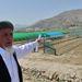 Egy másik civil program mintagazdaságot létesített Kabul határában. Itt modern öntözéses módszerekre, illetve a melegházak használatára tanítják a földműveseket. Stanekzai, a farm afgán vezetője lelkesen magyarázta a modern művelési technikákat. Afganisztánban az öntözés a legfontosabb probléma. Nem is annyira a vízmennyiség, mint a pazarló vízfelhasználás a probléma, illetve az, hogy a harminc év háborúskodás az ökoszisztémának is ártott. Kabul hegyei például teljesen kopaszok, így a télen lehulló hó tavasszal akadálytalanul zúdul le a hegyekről, nem raktározódik el.