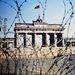 A Brandenburgi kapu, tetején az NDK zászlajával. Az óriási, de a fal miatt mégis mégis zárt kapu a kettéosztott város talán leggroteszkebb látványossága volt.