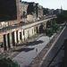 Ahol a házak a szektorhatáron álltak, elbontották őket. A Bernauer Strasse hajdani házainak csak az alja maradt meg, az NDK így spórolt a betonelemekkel.