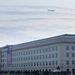 Amerikai zászlót helyeznek el a Pentagon azon falszakaszára, amelyet az eltérített gép rombolt le 10 éve