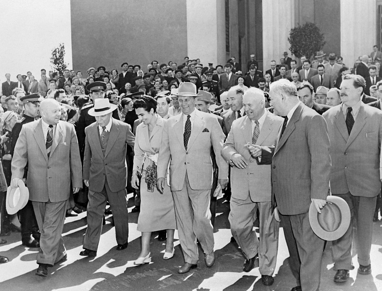 1989. április 2., Havanna. Gorbacsov és Castro kezet ráztak a Szovjetúnió és Kuba közötti baráti és együttműködési szerződés aláírása után.
