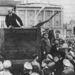 1920. május 20. Lenin és Trockij (a pódium jobb szélén, hátul) a Vörös téren. A képről Trockijt a pártból való kizárása után kiretusálták, ez a fajta