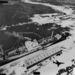 1962. november 6. Szovjet katonák és hat darab rakétaszállító Casilda kikötőjében, Kubában. A közepes hatótávolságú ballisztikus rakéták közvetlen fenyegetést jelentettek az Egyesült Államokra, ezzel a nukleáris háború peremére sodorva a bipoláris világot. A kép jobb alsó sarkában jól látható a képet készítő amerikai RF-101 felderítő repülőgép árnyéka.