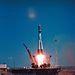 1961. április 12. A Vosztok 1. űrhajó és hordozórakétája, az R-7 startja a Bajkonur űrközpontból. Utasa Jurij Gagarin, 1 óra 48 perces utazásával lett az első ember az űrben.