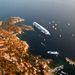 A hat éve épült Costa Concordia 290 méter hosszú, több mint százezer tonna vízkiszorítású, 14 emeletes óceánjáró. Négy úszómedence, egy sportpálya, öt étterem, egy háromszintes színház és számos szórakozóhely található a fedélzetén.