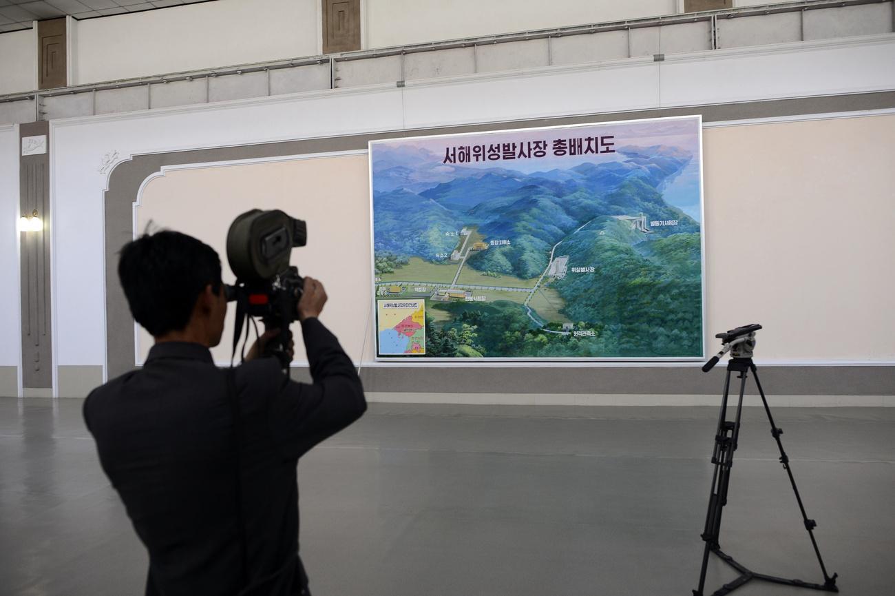 Locklear Admirális, az Egyesült Államok Haditengerészetének képviseletében nyilatkozik szerda délelőtt a tokiói Védelmi Minisztérium tövében. Nyilatkozatából kiderült, hogy az USA és szövetségesei műholdfellövésnek álcázott interkontinentális ballisztikus rakétakísérletként tekintenek az Észak-Koreai műhold pályára állítására.