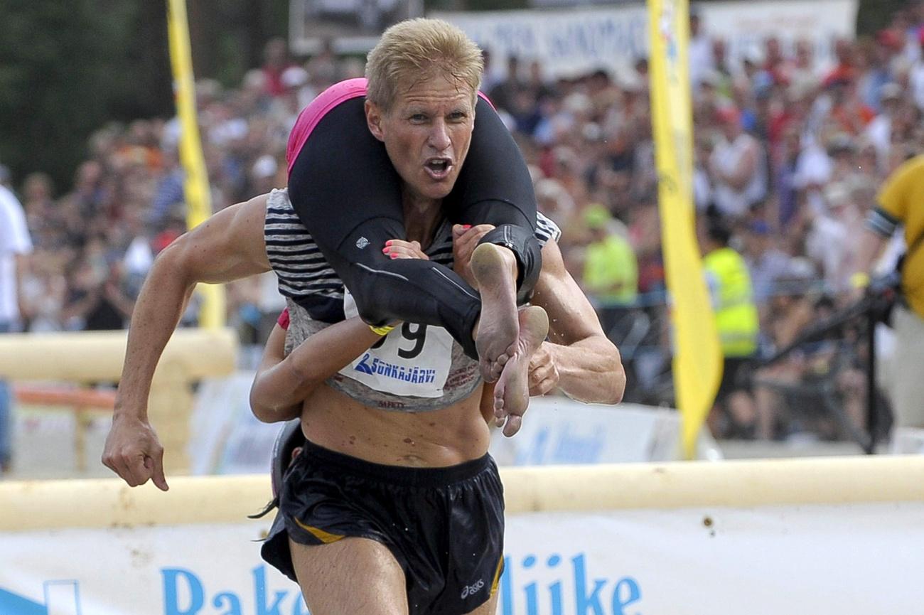 Mr. Észtország feleségével, Julia GALVIN-nal a  hátán versenyez